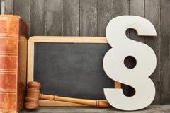 Tableau noir et concept de loi avec le paragraphe et le marteau de juge photos stock