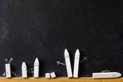 Tableau noir et craie de nouveau au fond d'abrégé sur école Photo libre de droits