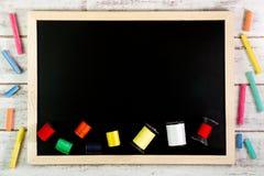 Tableau noir et fils de couture vides sur la table en bois Moc de calibre Image libre de droits