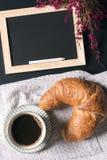 Tableau noir et fleurs vides avec le petit déjeuner Photographie stock