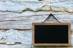 Tableau noir et murs en bois Images stock