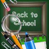 Tableau noir et papeterie d'école Photos stock