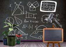 Tableau noir et usines devant des formules de diagrammes sur le tableau noir Photos stock
