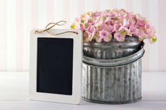 Tableau noir pour l'espace de copie avec des fleurs d'hortensia Photographie stock libre de droits