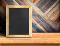 Tableau noir sur le dessus de table en bois de planche au mur en bois tropical diagonal, moquerie de calibre pour ajouter votre c image stock
