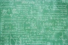 Tableau noir vert avec la formule de maths Photos stock