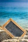 Tableau noir vide dans le sable sur la plage Photo stock