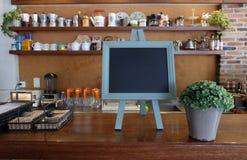 Tableau noir vide de menu dans le café Image stock