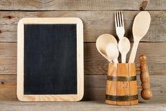 Tableau noir vide et cuillères et fourchette en bois Image libre de droits