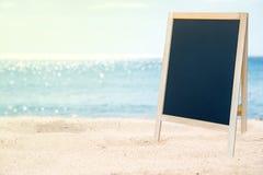Tableau noir vide sur la belle plage Photos libres de droits
