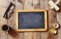 Tableau noir vide sur la table en bois Vue supérieure Image stock