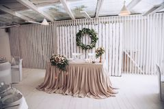Tableau pour le marié avec la jeune mariée décorée des éléments décoratifs et des compositions florales Images libres de droits