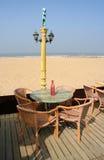 Tableau pour quatre à la plage Image stock