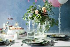 Tableau servi au dîner d'anniversaire photo libre de droits