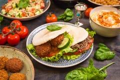 Tableau servi avec les plats traditionnels du Moyen-Orient Photos libres de droits