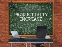 Tableau sur le mur de bureau avec le concept d'augmentation de productivité Images libres de droits