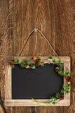 Tableau sur le mur en bois avec le bruch d'arbre de Noël Image stock