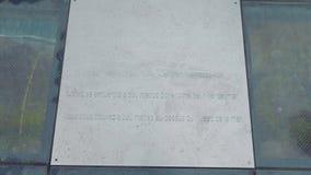 Tableau sur le plancher en verre de la plate-forme de visionnement du plus haut cap de l'Europe Cabo Girao Le Tableau indique que clips vidéos