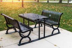 Tableau vide avec des bancs en parc en automne Images libres de droits