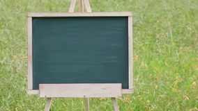 Tableau vide avec le chevalet en bois banque de vidéos