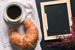 Tableau vide avec les fleurs et le petit déjeuner Image libre de droits