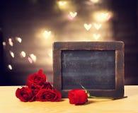 Tableau vide avec les roses rouges Images libres de droits