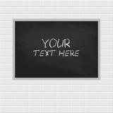 Tableau vide, tableau noir accrochant sur le mur de briques blanc avec l'espace de copie Images libres de droits