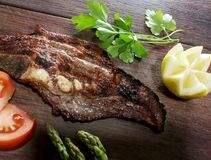 Tableaux avec de la viande de porc fraîchement rôtie Images stock