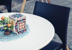 Tableaux avec la chaise sur la terrasse dans un café à Catane, Sicile, Italie photos libres de droits