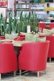 Tableaux avec les verres, fauteuils dans le restaurant japonais Photo libre de droits