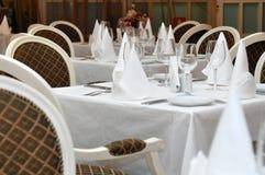 Tableaux dans le restaurant prêt pour recevoir des invités photos stock