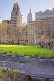 Tableaux et chaises à la pelouse verte en Bryant Park Photo stock