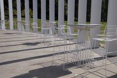 Tableaux et chaises au secteur extérieur d'événement de calice dans les jardins botaniques royaux photographie stock