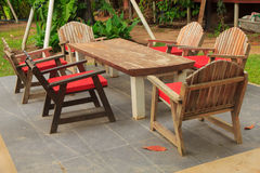 Tableaux et chaises colorés - image courante Image stock