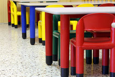 Tableaux et chaises dans le réfectoire de la crèche Image stock