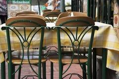 Tableaux et chaises sur le bord de la mer Images libres de droits
