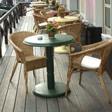 Tableaux et fauteuils dans un plan rapproché de café de rue Photo stock