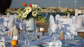 Tableaux installés pour la réception de mariage Images libres de droits
