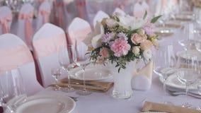Tableaux mis pour une réception de partie ou de mariage d'événement Dîner élégant de luxe d'arrangement de table dans un restaura banque de vidéos