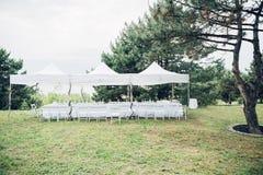 Tableaux pour la réception de mariage sous la tente en air ouvert Photo libre de droits
