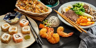 Tableaux répandus avec la cuisine japonaise traditionnelle images libres de droits