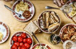 tablecloth för tabell för kaviarmatställepannkakor Festlig tabell med olik fester och disk, en flaska av vin, bästa sikt, hem- in Royaltyfri Bild