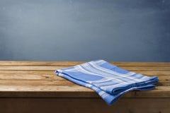 Tablecloth na drewnianym stole Fotografia Royalty Free