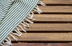 Tablecloth på trätabellen Royaltyfri Bild