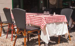 Tableoutside ajustado do italiano típico um restaurante fotos de stock