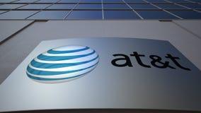Tablero al aire libre de la señalización con American Telephone y Telegraph Company EN el logotipo de T Edificio de oficinas mode Fotografía de archivo libre de regalías