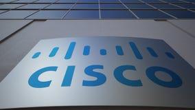 Tablero al aire libre de la señalización con el logotipo de Cisco Systems Edificio de oficinas moderno Representación editorial 3 ilustración del vector