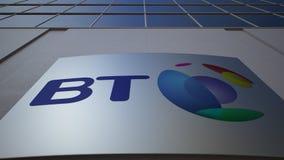 Tablero al aire libre de la señalización con el logotipo de BT Group Edificio de oficinas moderno Representación editorial 3D Foto de archivo