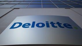 Tablero al aire libre de la señalización con el logotipo de Deloitte Edificio de oficinas moderno Representación editorial 3D Imagen de archivo libre de regalías
