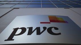 Tablero al aire libre de la señalización con el logotipo de PricewaterhouseCoopers PwC Edificio de oficinas moderno Representació Foto de archivo libre de regalías